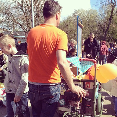 Cargo bike going for a walk in the #vondelpark #amsterdam #qday #kingsday #koningsdag #cyclechic #family