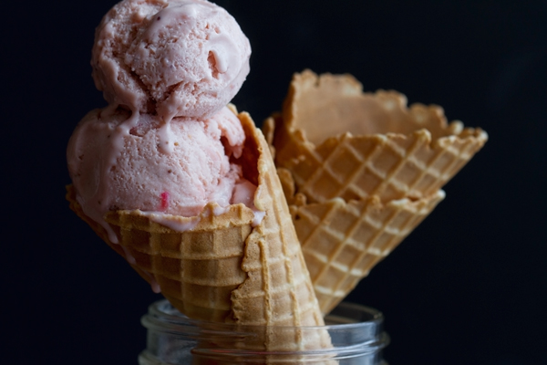 Fresh Strawberry Berry Ice cream that's easy to make at home and actually contains an ENTIRE pound of strawberries! #strawberries #strawberryicecream #icecream #gelato | Littlespicejar.com