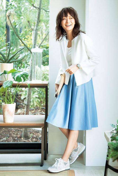 ×カラースカートをスニーカーでラフに  コーディネート一覧  Hello. HAPPY WARDROBE! オシャレを好きになると、もっと自分を好きになれる 春に輝く人