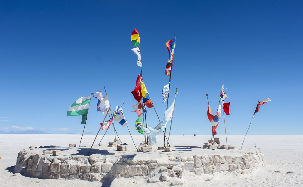 Flag i saltørkenen i Salar de Uyuni