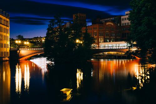 europe scandinavia sweden östergötland norrköping motalaström bergsbron bridge river longexposure nightphotography trees night lights architecture bathtub
