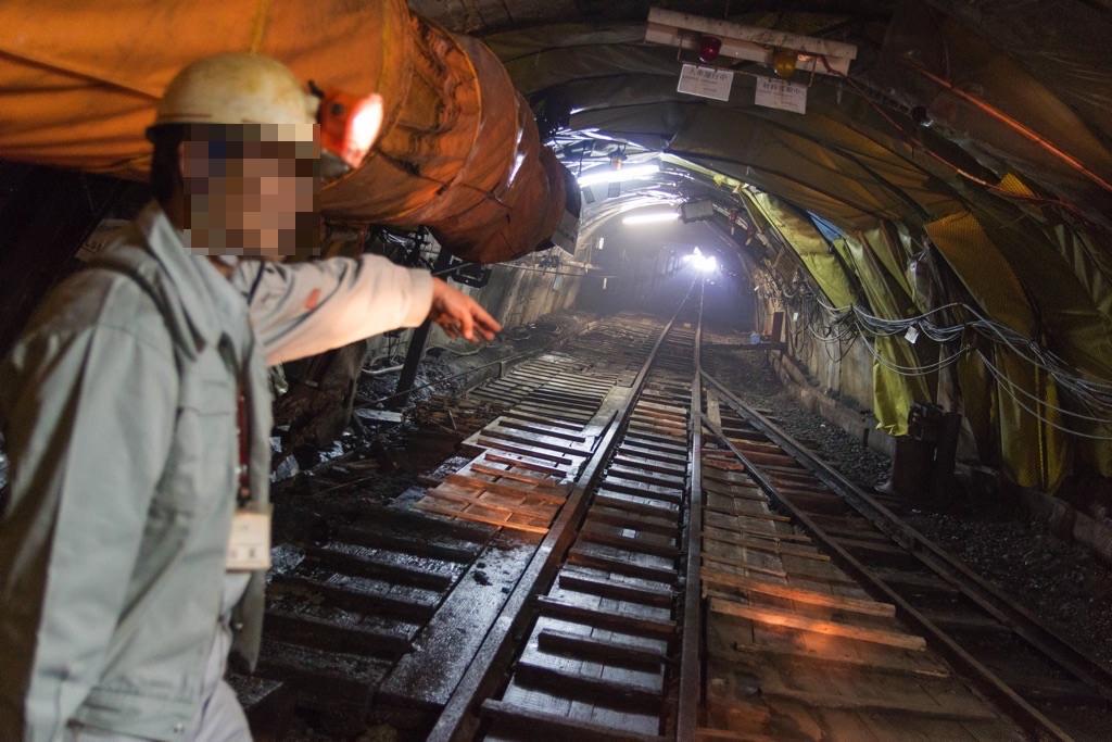 炭鉱トンネルの先の光