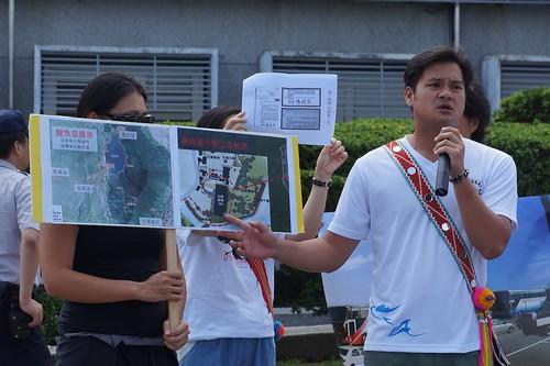 磯崎部落青年Emas說明山海劇場問題。圖片來源:地球公民基金會。