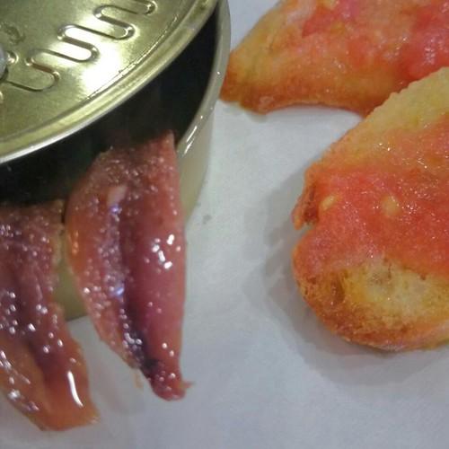 Anchoas del cantábrico con tosta de pan con aove y tomate en Bujalance. Casa patricio.