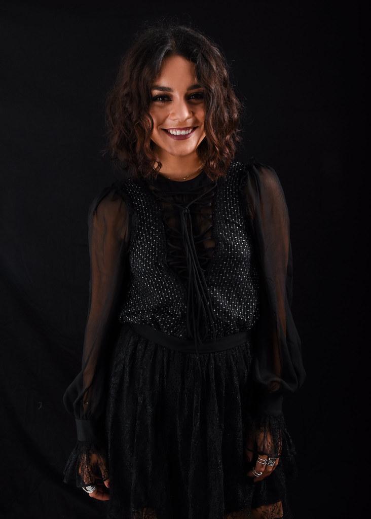 Ванесса Хадженс — Фотосессия для «Бессильные» на «Comic-Con» 2016 – 6