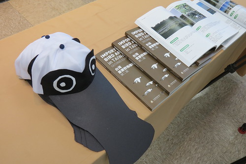 臺灣重要野鳥棲地手冊以及手工縫製的黑面琵鷺帽。(圖片來源:林務局)