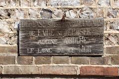 Défense sous peine d'amende de faire ni déposer aucune ordure le long de ce mur