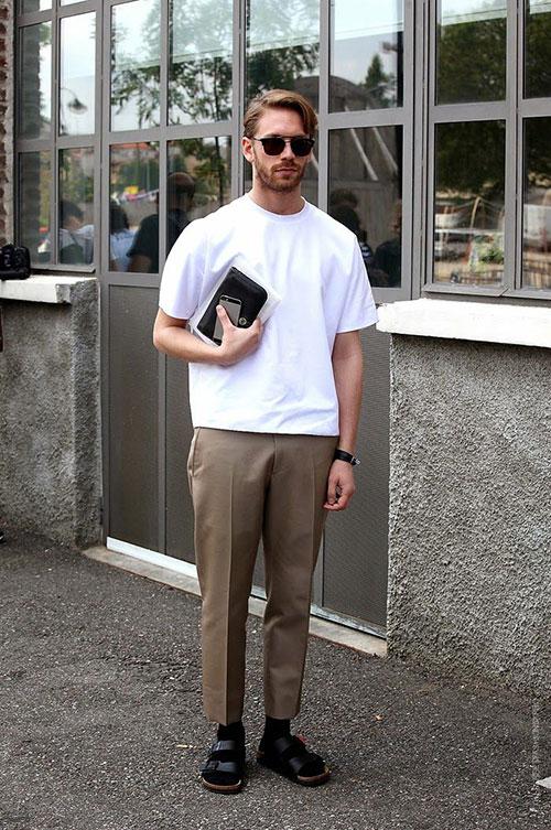 無地白Tシャツ×ベージュテーパードパンツ×黒靴下サンダル