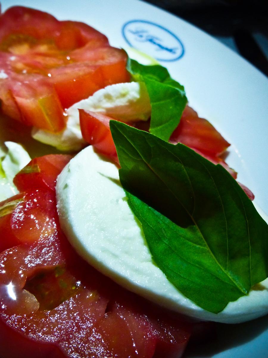 Mozzarella-di-Bufala-e-Pomodori-Starter,-La-Famiglia,-London