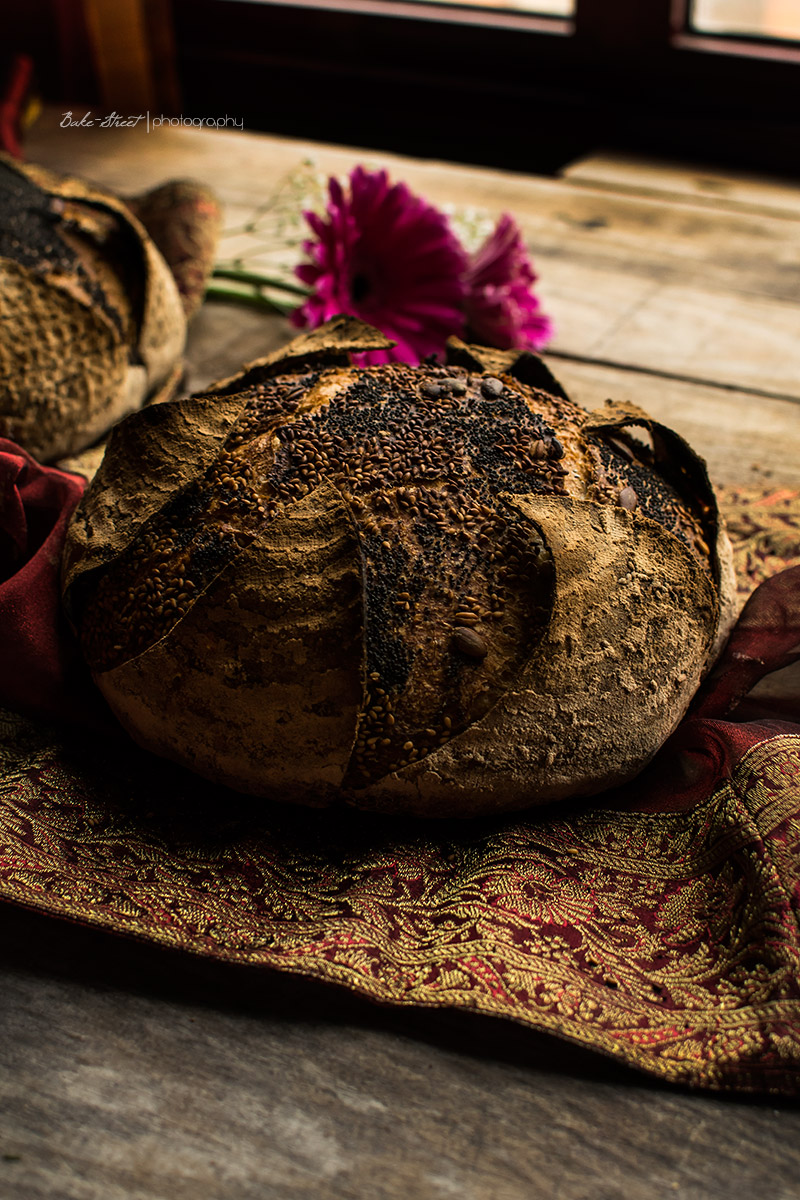 Pan de mostaza con pétalos y toffee Garam Masala