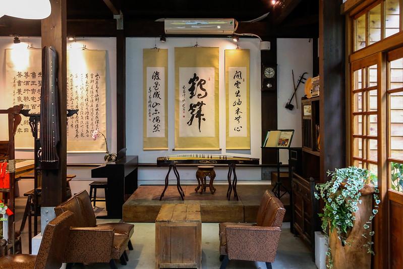 【宜蘭咖啡館】自家烘焙優質咖啡豆的「虎咖啡 羅東店」,在羅東公正國小的藝境空間開幕了。單品手沖、義式│烈日鬆餅、甜點│中國風咖啡館