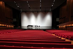 sport venue(0.0), music venue(0.0), performing arts(0.0), audience(0.0), conference hall(0.0), movie theater(1.0), performing arts center(1.0), theatre(1.0), stage(1.0), theatre(1.0), auditorium(1.0),
