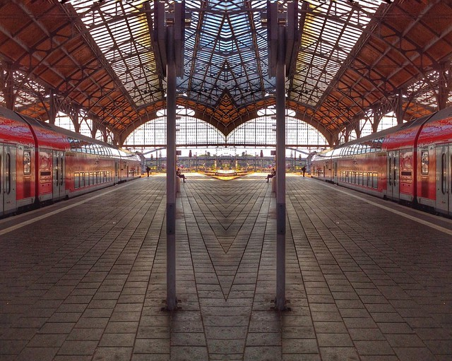 Der Lübecker Bahnhof - doppelt, gespiegelt mit der App Mirror Effect.