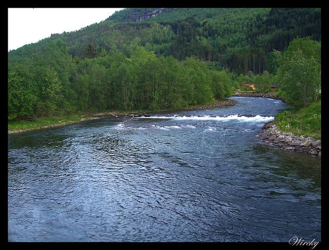 Fiordos noruegos Storfjord Geiranger Hellesylt Briksdal Loen - Río Loelva en Loen