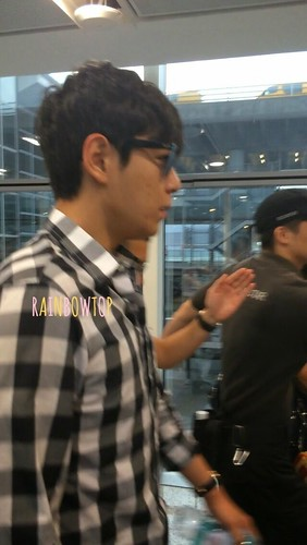 TOP-HongKongAirport-26sep2014-Fan-RainbowTOP-02