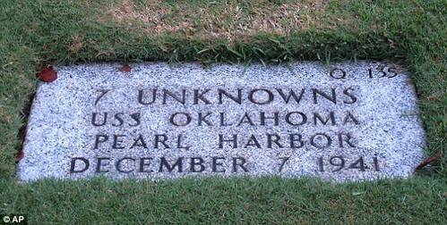 Tumba con los restos de 7 soldados desconocidos del USS Oklahoma