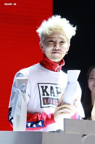 G-Dragon - Kappa 100th Anniversary Event - 26apr2016 - pillow-88 - 02 (Custom)