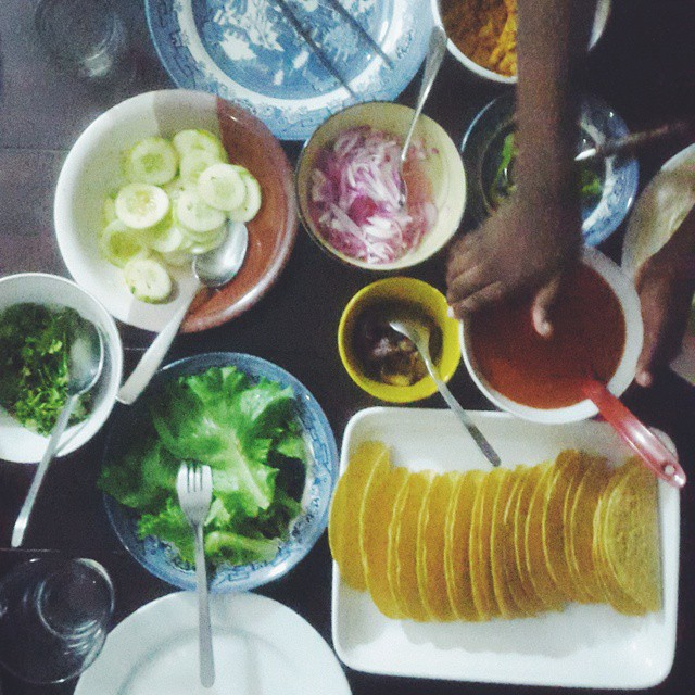 Taco night  #vscocam #vscogram #vscolife #vscodaily #kitchenbutterfly #instafood #savoury #coloursoftherainbow #food #tacos #vegetables #familydinner