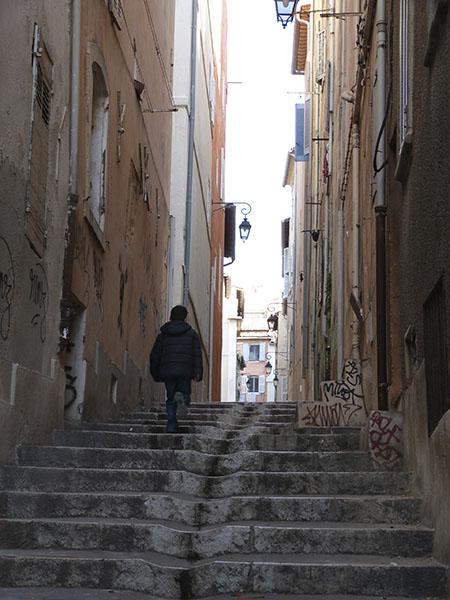 enfant dans l'escalier