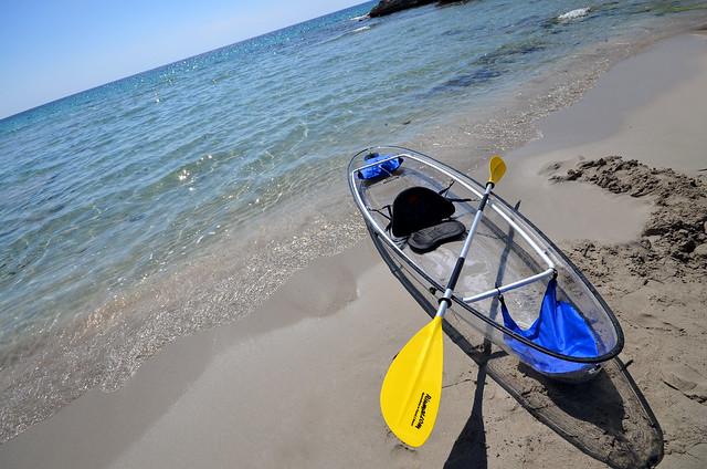El kayak transparente aparcado en la orilla