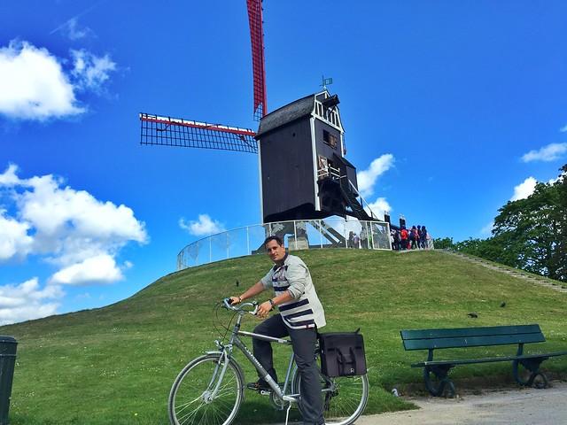 Sele montando en bicicleta en Brujas (Flandes, Bélgica)