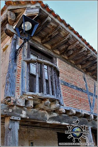 Balcón y arquitectura popular de la Calle Real de Calatañazor, Soria. España