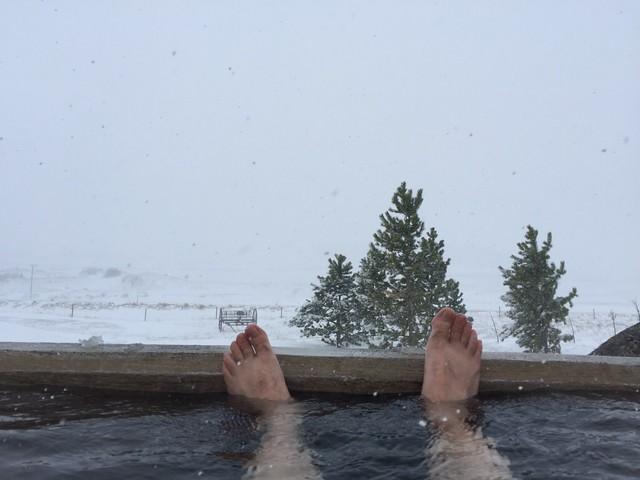 Baño de agua caliente bajo la nieve (Islandia)