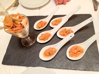 Aperitivo: Tartar de salmón y una pasta frita con miel