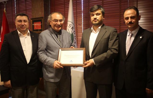 ÇEKÜD Fidan Bağışı için Rektör Prof. Dr. Nevzat Tarhan'a sertifika takdim etti 2