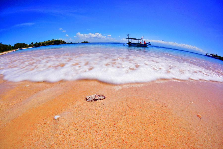 14. pink beach via Ferdinan Darmalim