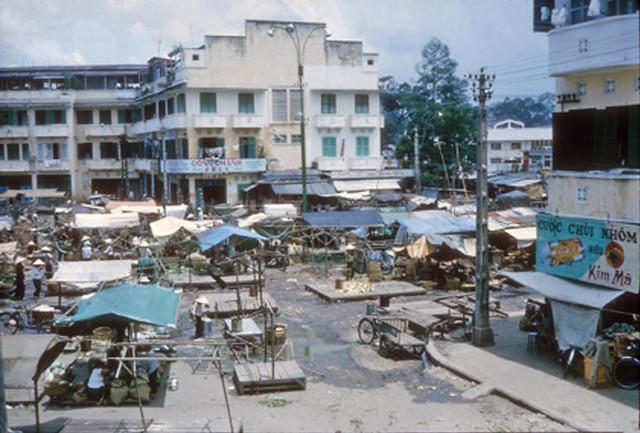 CHOLON 1965 - Chợ An Đông với dãy nhà phố trên đường Hùng Vương