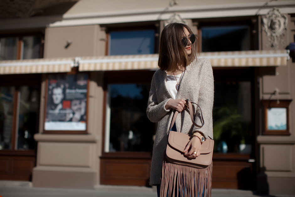 how-to-wear-suede-fringe-bag-outfit-streetstyle