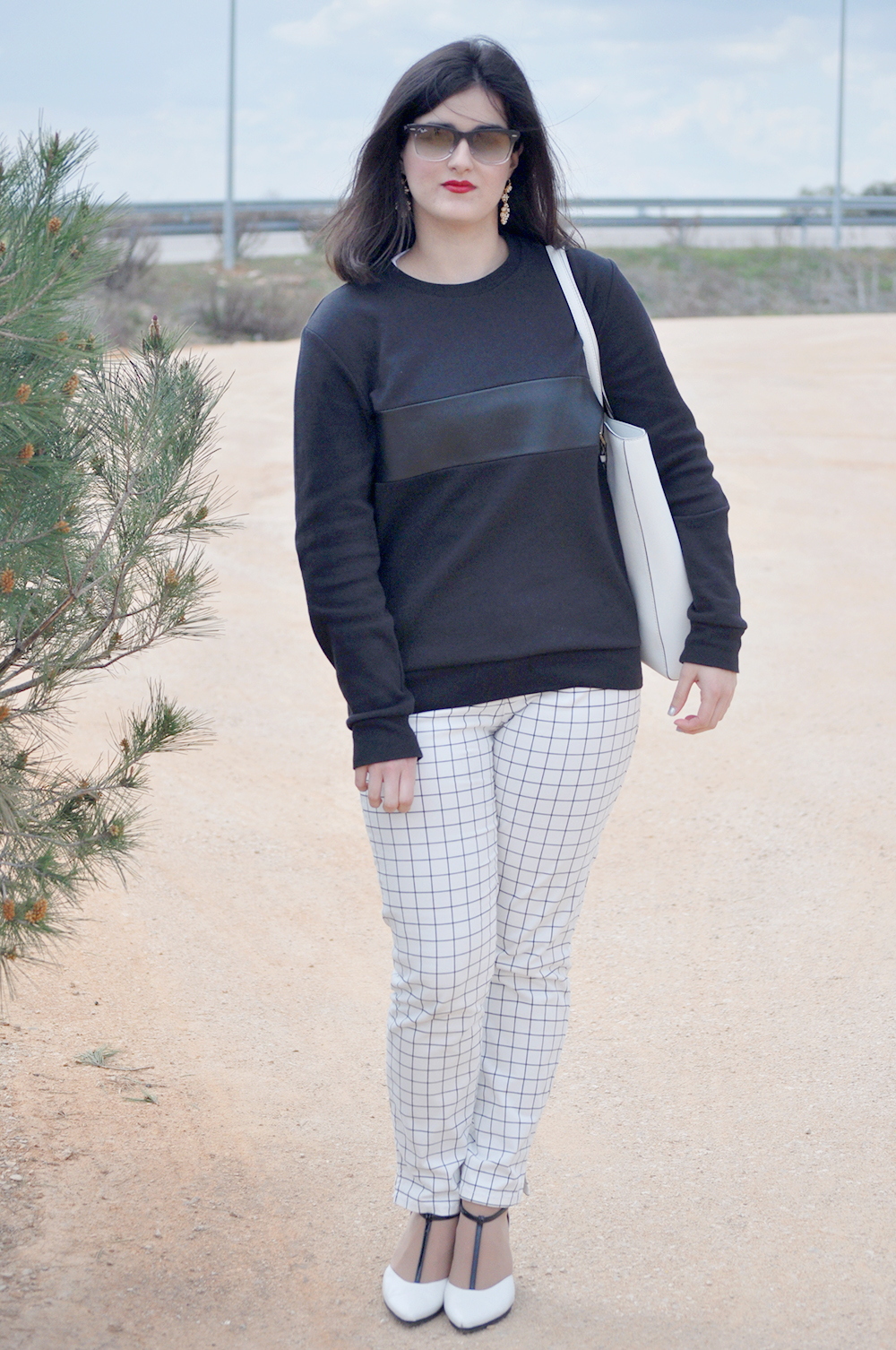 something fashion valencia blogger spain, extremadura merida palacio congresos nieto sobejano, black and white outfit square pants, short hair brunette fblogger, traditional earrings caceres hispanitas shoes, michael kors white bag COS sweatshirt