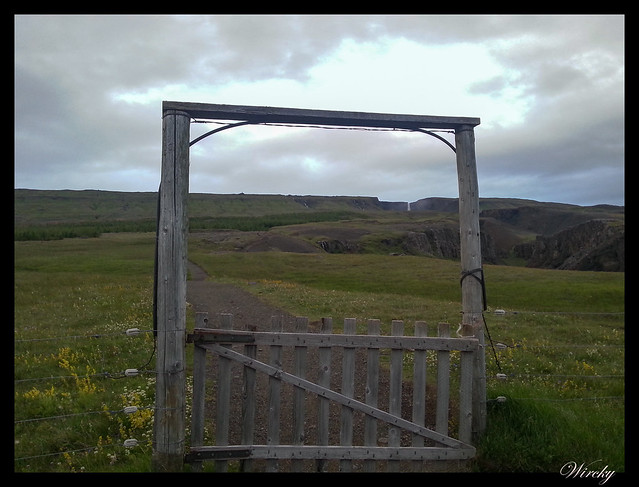 Puerta en subida a cascada Litlanesfoss y Hengifoss
