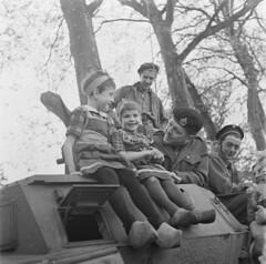 Nederlandse kinderen op een Canadees pantservoertuig, bevrijding Amersfoort 7 mei 1945   Dutch children on a Canadian armoured car, liberation Amersfoort, may 7th, 1945   Des enfants néerlandais sur un engine blindé, 7 mai 1945