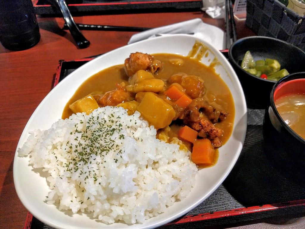 唐揚雞咖哩飯,主餐點外,還有一小盤黃瓜與味噌湯