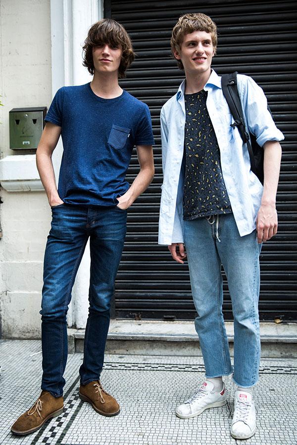紺ポケットTシャツ×デニムパンツ×ブラウンチャッカブーツ&ライトブルーシャツ×柄Tシャツ×ジーンズ×スタンスミス