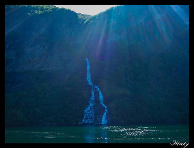 Fiordos noruegos Storfjord Geiranger Hellesylt Briksdal Loen - Cascada la botella en fiordo Geiranger