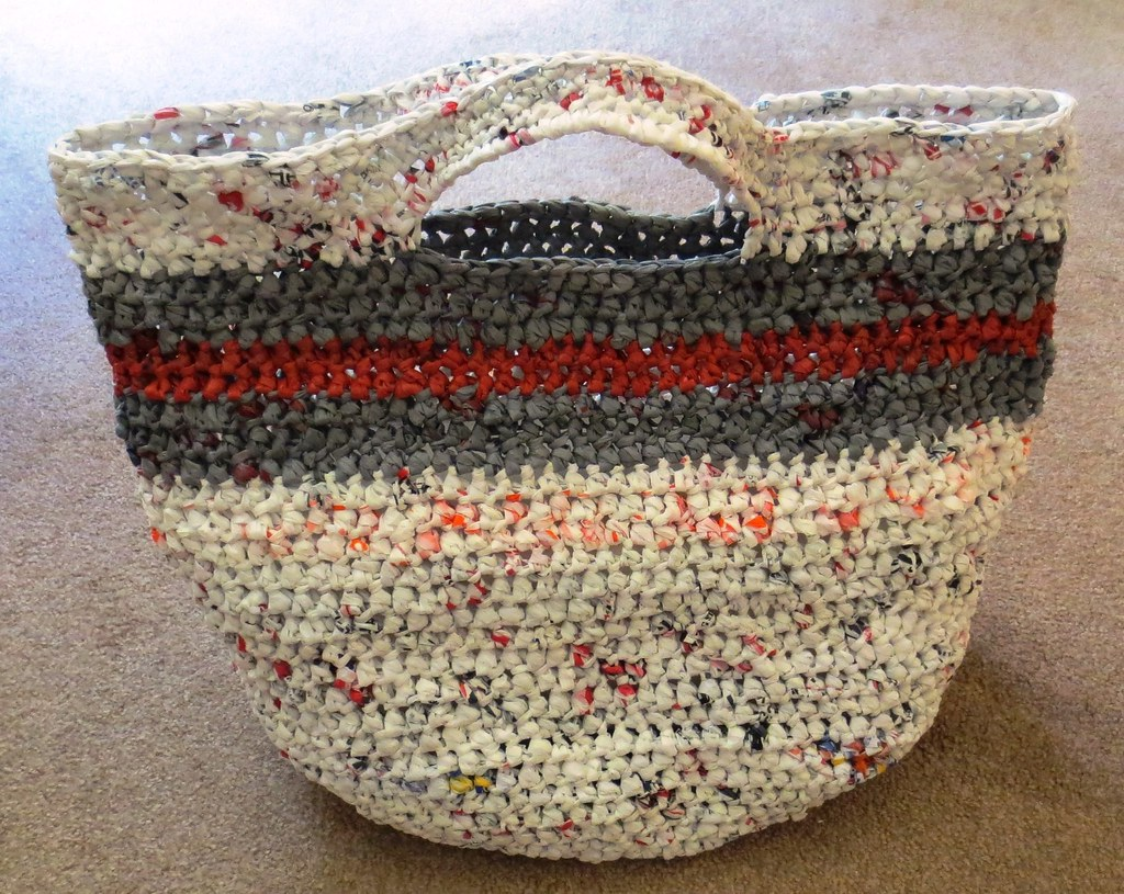 Crochet recycled plastic bags - I Used The Free Recycled Round Grocery Tote Pattern To Crochet This Bag I Just Changed Up The Stripes Of Colored Plarn A Bit For A Different Look Than The