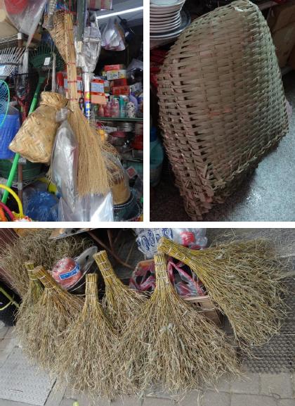 散見於老街五金行中的傳統民具:竹編魚簍、芒草掃帚、竹編火籠(左上)、竹編畚箕(右上)、竹製掃帚(下圖)。(筆者攝於雙溪)