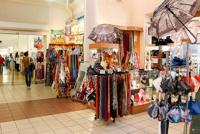 Souvenir shops in Gostiny Dvor shopping center, Saint Petersburg, Russia サンクトペテルブルク、ゴスチーヌィ・ドヴォールのお土産コーナー