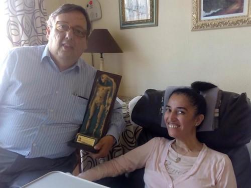 Guillermo entrega el trofeo a Soraya