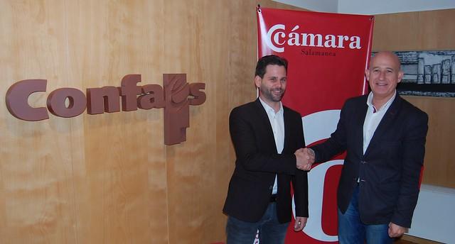 El presidente de la Cámara de Comercio de Salamanca y de Confaes, Juan Antonio Martín Mesonero, con el candidato de Ciudadanos a la alcaldía de Salamanca, Alejandro González.