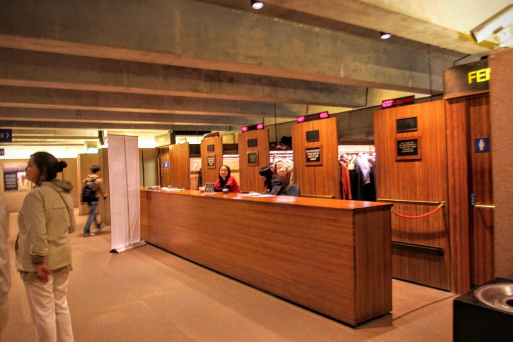 這是供更衣的地方嗎? 裏頭都是成套衣服說...雪梨歌劇院裏頭的廁所非常的簡單,感覺就在水泥牆上安上便斗而成,天花板則跟照片上的一樣,無任何裝潢