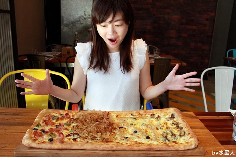 28614722841 58d92fe73e b - 熱血採訪 | 台中豐原【PIZZA FACTORY 披薩工廠】貨櫃工業風裝潢,把披薩變成了派大星,好狂的大四喜