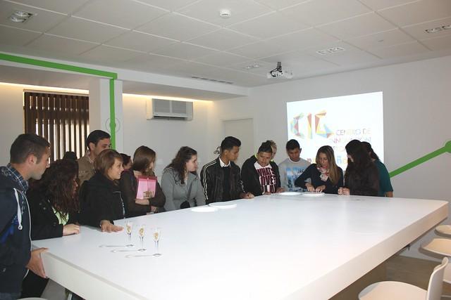 Los alumnos de restauración del Centro Joven de la Cruz Roja de Salamanca observan la mesa de catas.