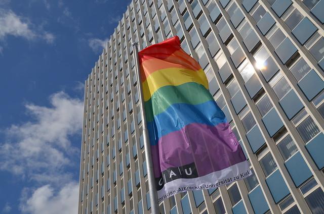 Erste Regenbogenfahne an der CAU