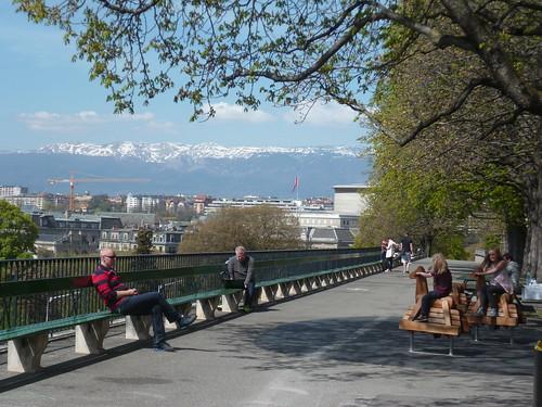 Spielplatz mit Stadt- und Alpenblick in Genf