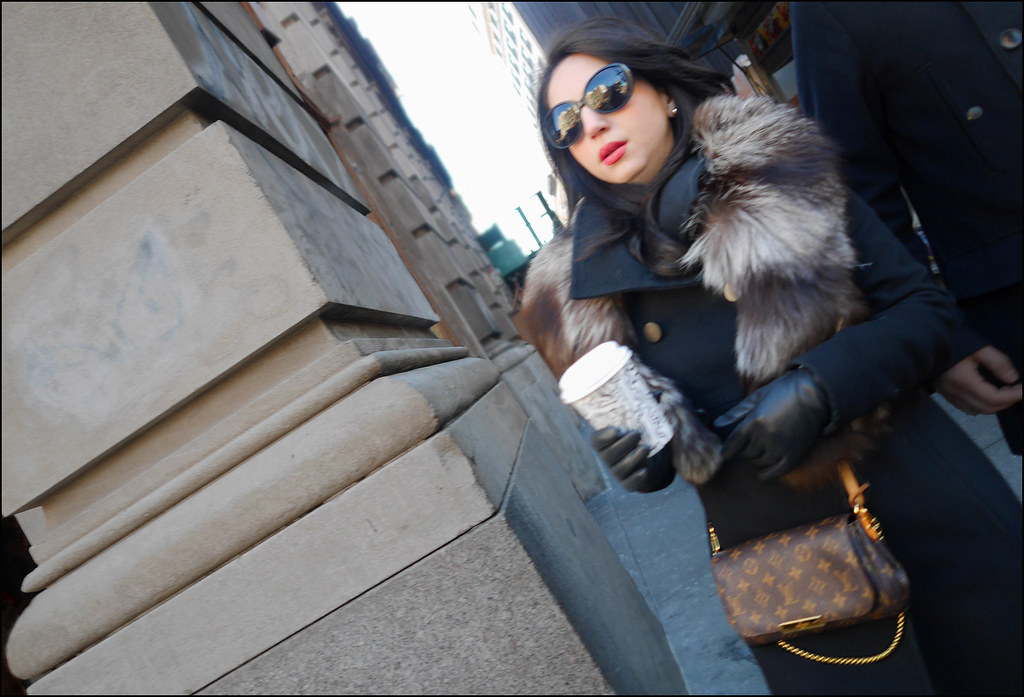 SS4-15  16w red lips black overcoat fur collar big sunglasses louis vuitton bag