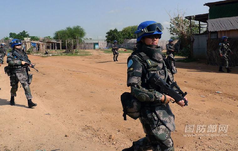 步兵营3连副连长王珮中尉与战友一同徒步巡逻。